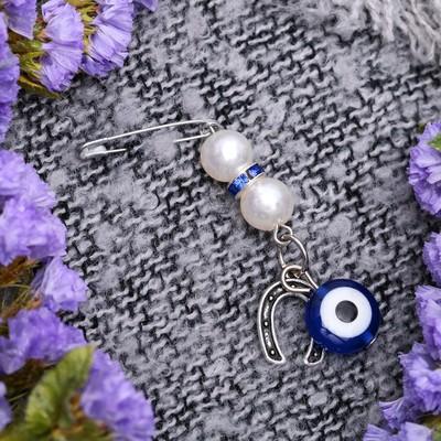 """Булавка-оберег """"Подкова с жемчужинами"""", 2,2 см, цвет бело-синий в серебре"""