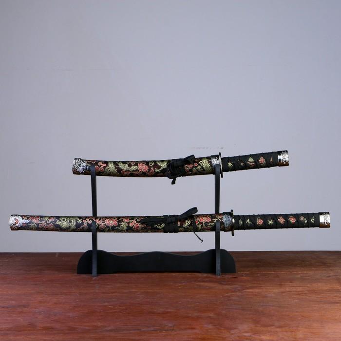 Сув. изделие катаны 2в1 на подставке, ножны ткань, драконы золото на черном 4770см