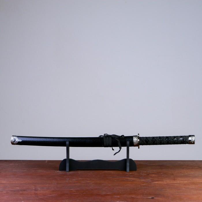 Сувенирное оружие Катана на подставке, чёрные ножны под змеиную кожу, 70см