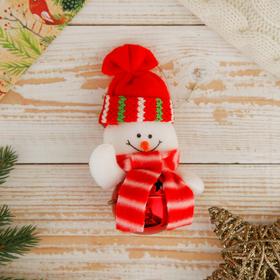 """Мягкая подвеска """"Снеговик в шапочке - бубенчик"""" 11*7 см красный"""