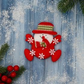 """Мягкий магнит """"Снеговик в снежинках"""" 10 см красный"""