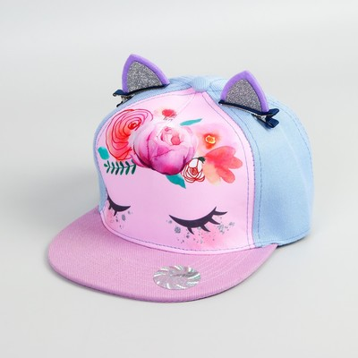 На голове малышки кепка