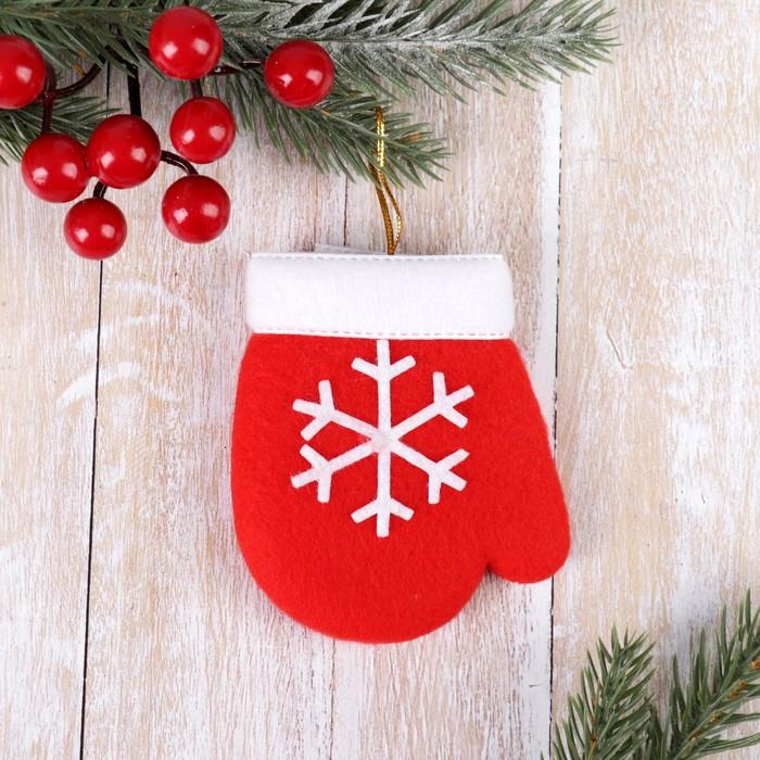 Мягкая подвеска Варежка с белый снежинкой 86 см красный