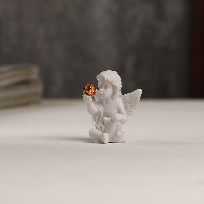 Сувенир полистоун Белоснежный ангел с красным шариком 3,5х3х2,2 см