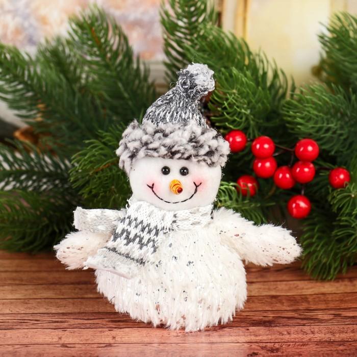 Мягкая игрушка Снеговик с шарфом 814 см серо-белый