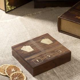Шкатулка дерево с цифрами в квадрате, две колоды карт, 5 игр. костей 4х15х14см