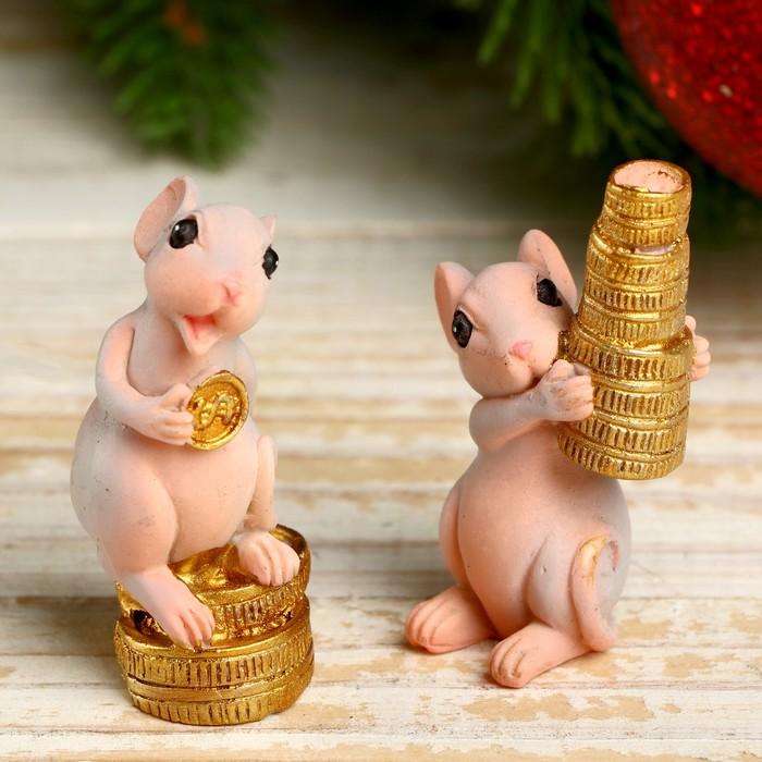 Сувенир полистоун Мышуля с золотыми монетками МИКС 5х2,5х2,5 см