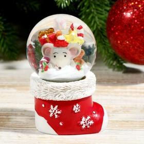 Сувенир полистоун водяной шар 'Мышонок в новогоднем носочке' d=4,5 см 6,3х5х5 см Ош