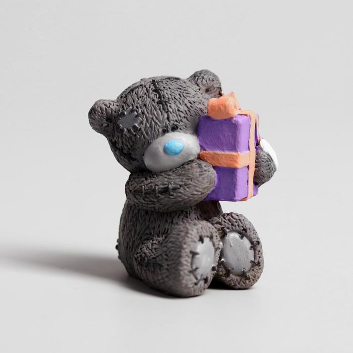 Сувенир полистоун Медвежонок Me to you с подарком 5 см х 3,5 см х 4 см