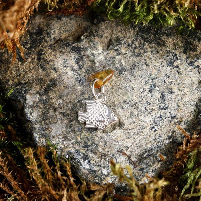 Брелок-талисман Рыбка, натуральный янтарь, посеребрение