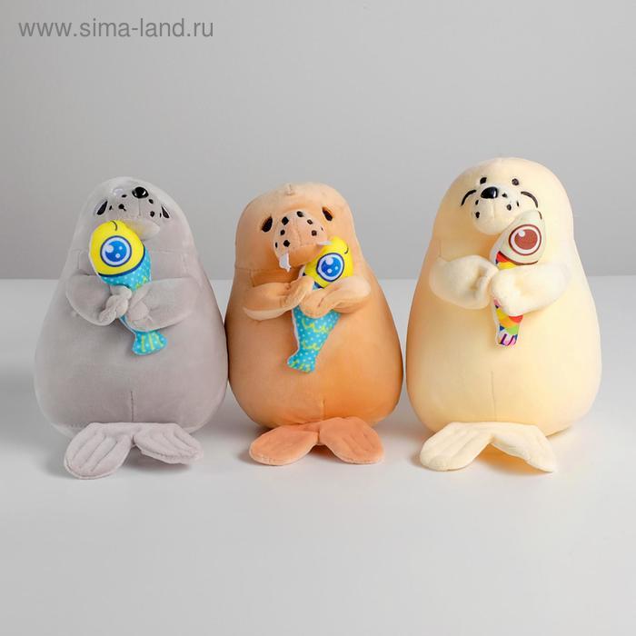 Мягкая игрушка «Нерпа с рыбкой», цвета МИКС
