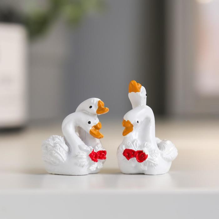 Сувенир полистоун Лебеди с розами - любовь МИКС 3,5х2,5х2,3 см