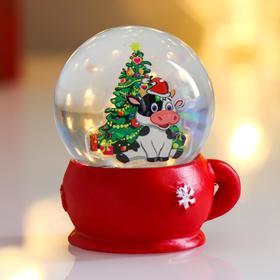 Сувенир полистоун водяной шар 'Телёнок у ёлки' d=4,5 см 6х4,5х4,5 см Ош