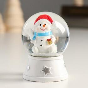 Сувенир полистоун водяной шар 'Снеговик в красном колпаке, с подарком' d=4,5 см 6х4,5х4,5 см   48386 Ош