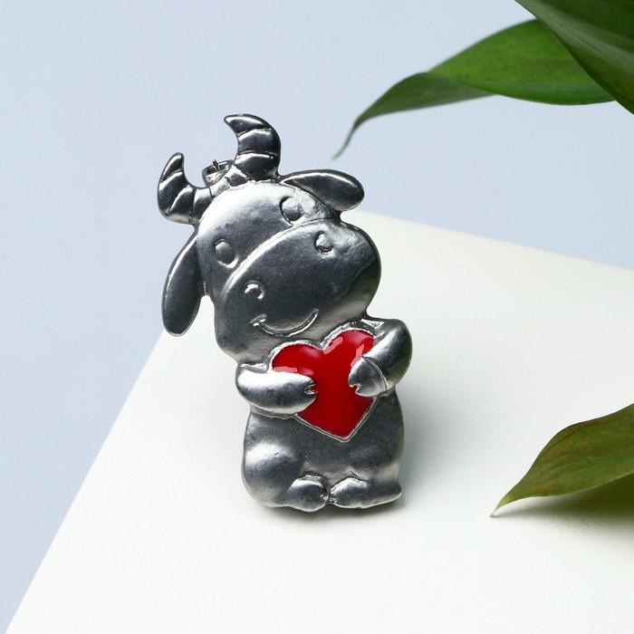 Брошь Корова с сердечком, цвет красный в матовом серебре