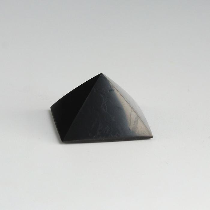 Пирамида из шунгита, полированная, 3 см