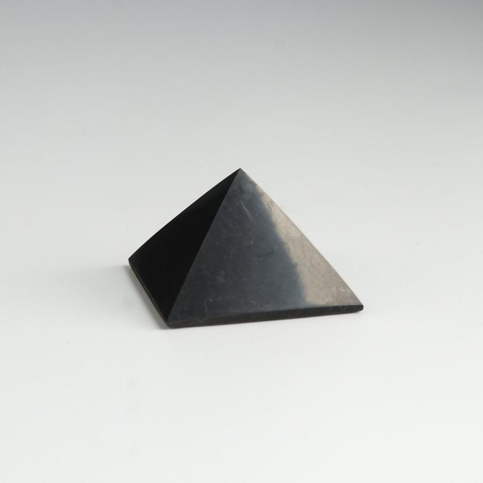Пирамида из шунгита, полированная, 4 см