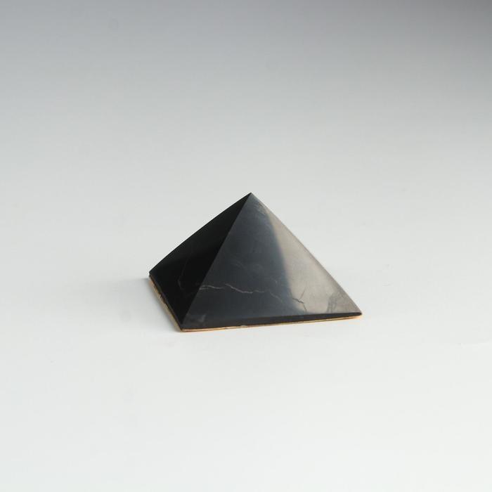 Пирамида из шунгита, в авто с двухстор.скотчем, полированная, 4 см