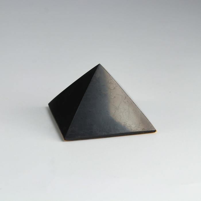 Пирамида из шунгита, в авто с двухстор.скотчем, полированная, 5 см