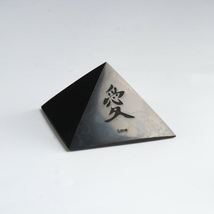 Пирамида из шунгита Иероглиф, полированная, 5 см. микс