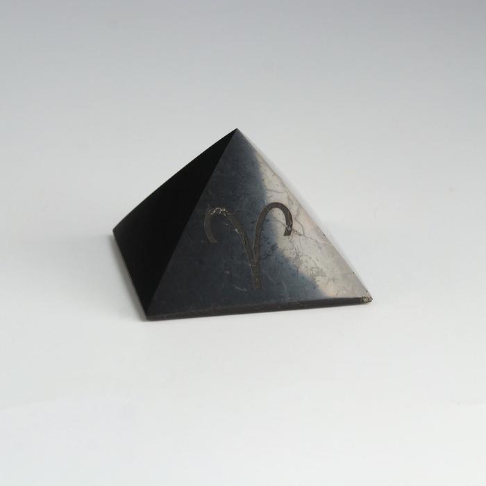 Пирамида из шунгита Овен, полированная, 5 см
