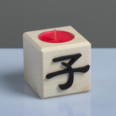 "Свеча в деревянном подсвечнике ""Куб, Иероглифы. Дети"", 6х6х6 см, аромат вишни - Фото 1"
