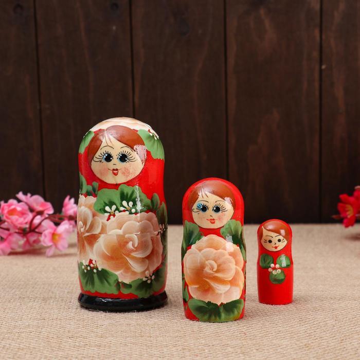Матрёшка 3-х кукольная Розы красный платок, 11см, ручная роспись.