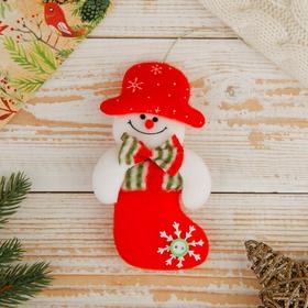 """Мягкая подвеска """"Снеговик в сапожке"""" 12*8 см красный"""