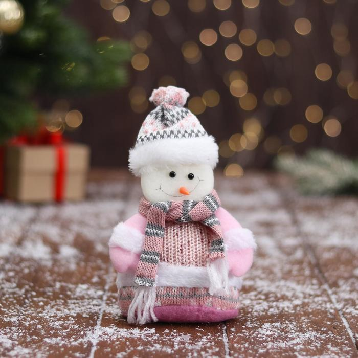 Мягкая игрушка Снеговик в вязаном костюме 9х15 см, розовый
