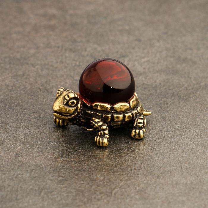 Сувенир Черепаха с шаром, латунь, янтарь, 2,0х2,3х3,3 см