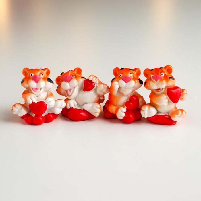 Сувенир полистоун Тигр с сердечками МИКС 3х2х2,5 см