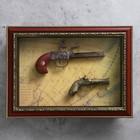 Сувенирное изделие в раме, 2 мушкета на карте мира