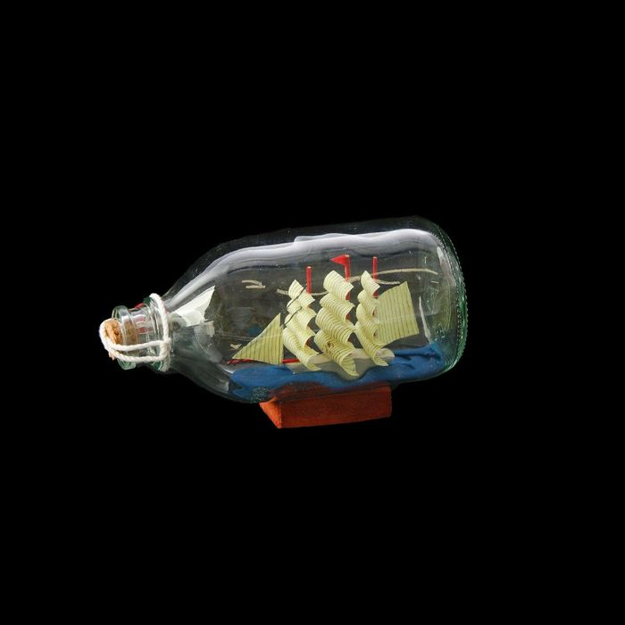 Корабль сувенирный в бутылке с белыми парусами в полоску