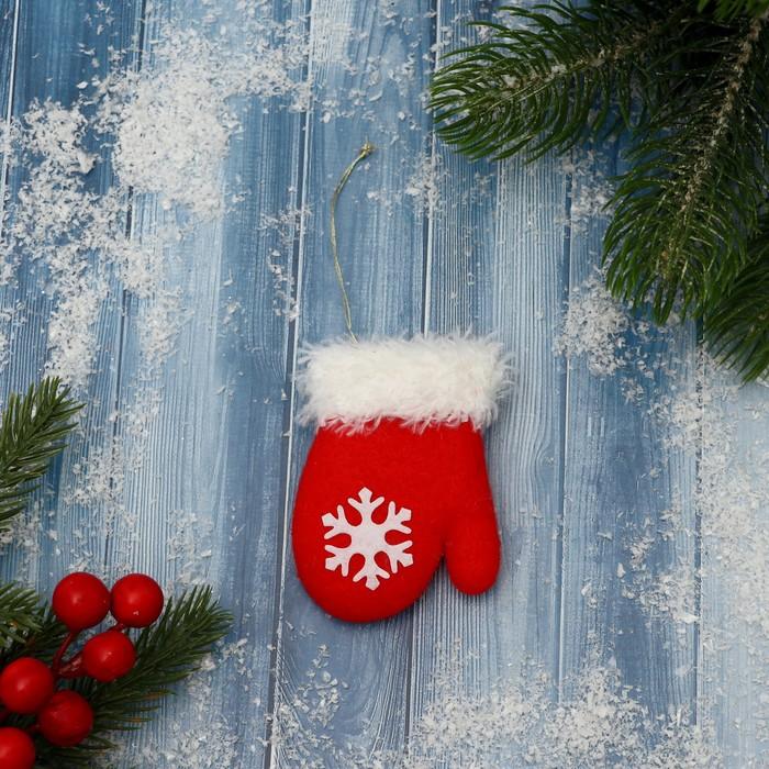 Подвеска мягкая Красная варежка со снежинкой пушистая 86 см