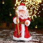 Дед Мороз, в красной шубе и шапке с жемчужинкой, двигается, без музыки